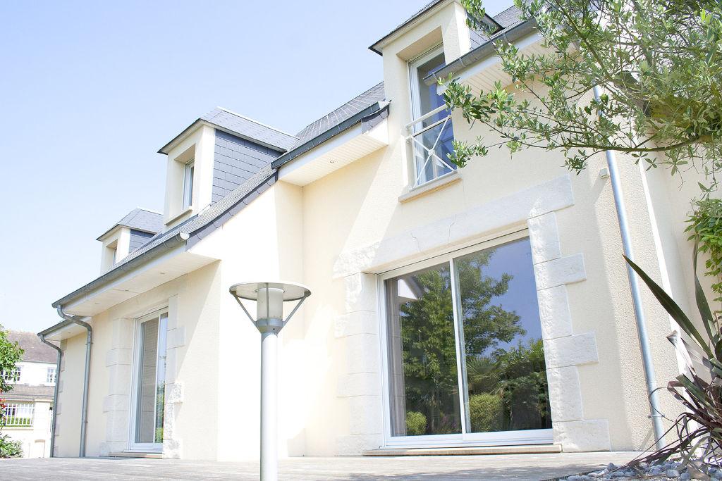 Maison contemporaine fenêtres chien assis